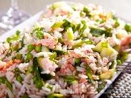 Салата с ориз, грах, краставица и филе сьомга